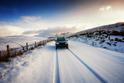Driving「UK, Scotland, Isle of Skye, Cuillin Mountains, four wheel drive vehicle driving on snow-covered street」:スマホ壁紙(8)