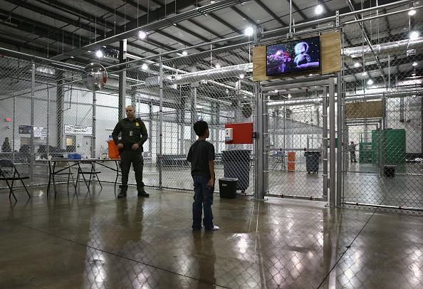 Child「U.S. Border Patrol Houses Unaccompanied Minors In Detention Center」:写真・画像(10)[壁紙.com]