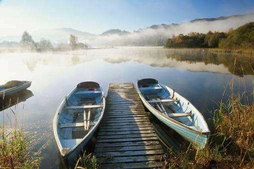 Pier「England, Cumbria, two boats either side of boardwalk on Lake Grasmere」:スマホ壁紙(0)