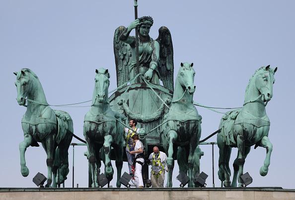 Sean Gallup「Measuring The Quadriga Statue In Berlin」:写真・画像(2)[壁紙.com]