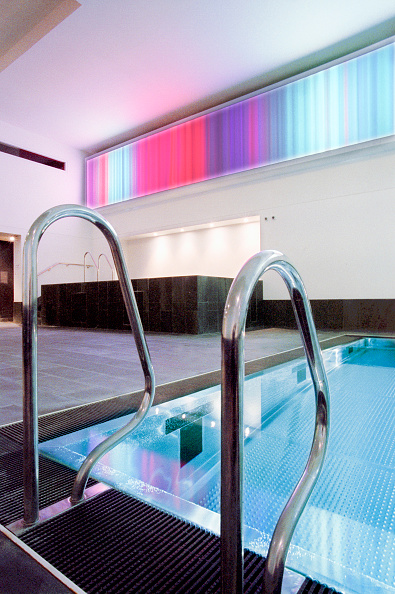 Shallow「New swimming pool fitted with stainless steel grid. This new design concept avoids mosaic material which requires more maintenance than steel」:写真・画像(11)[壁紙.com]