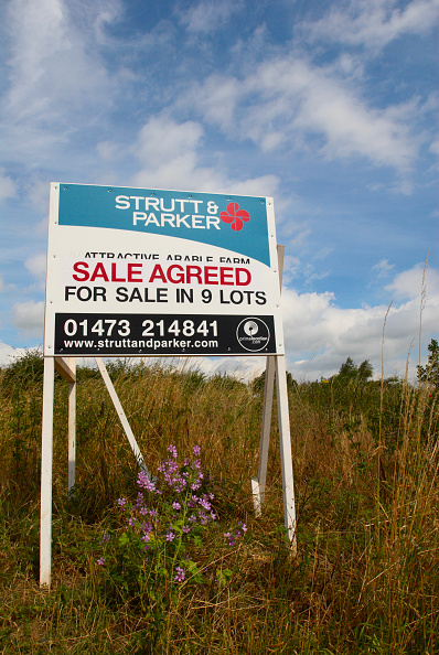 Business Finance and Industry「Sale agreed sign for land lots, UK」:写真・画像(12)[壁紙.com]