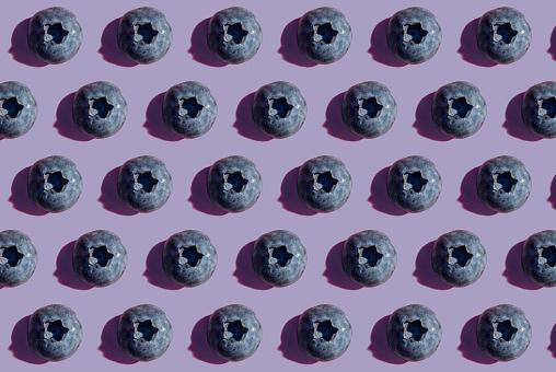 Conformity「Blueberries in a row, pattern on purple background」:スマホ壁紙(15)