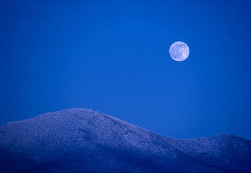 グリーン山脈「Moonrise over snowy mountains」:スマホ壁紙(19)