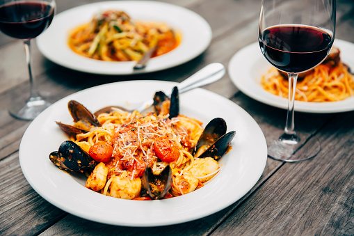 St「Plates of seafood and pasta with wine glasses」:スマホ壁紙(8)