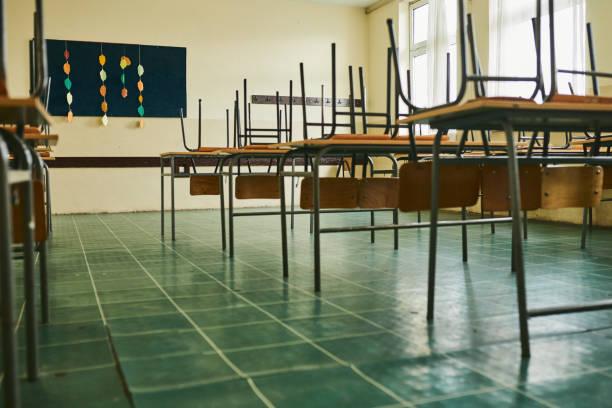 Empty classroom during COVID-19 pandemic:スマホ壁紙(壁紙.com)