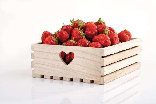 Heart「Strawberries in wooden box, close-up」:スマホ壁紙(7)