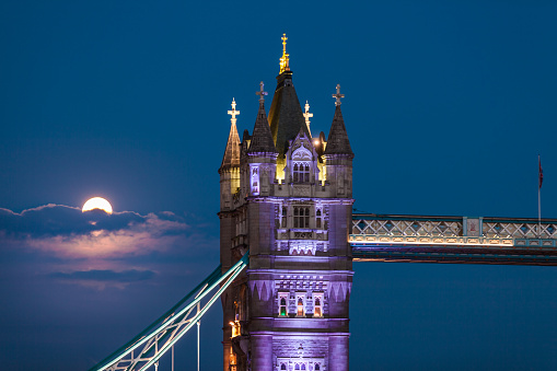 London Bridge - England「Tower Bridge lit up by the moon」:スマホ壁紙(7)