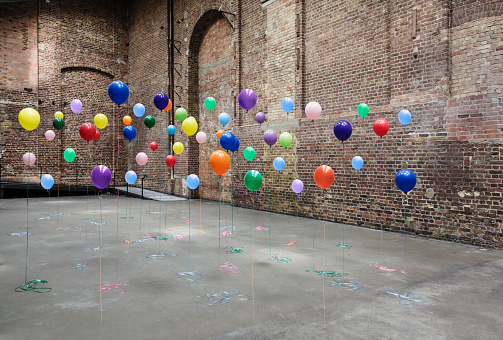 Contrasts「Colourful balloons in empty warehouse」:スマホ壁紙(4)