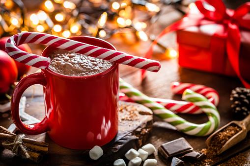 キャンディーケーン「素朴な木製のクリスマステーブルに赤と白のキャンディ杖を持つ自家製ホットチョコレートマグカップ」:スマホ壁紙(13)