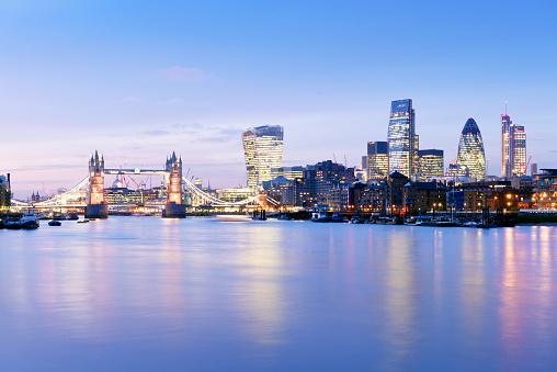 London Bridge - England「UK, London, skyline with River Thames and Tower Bridge at blue hour」:スマホ壁紙(8)