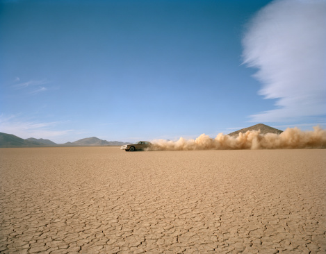 Driving「Car racing through desert, side view」:スマホ壁紙(3)