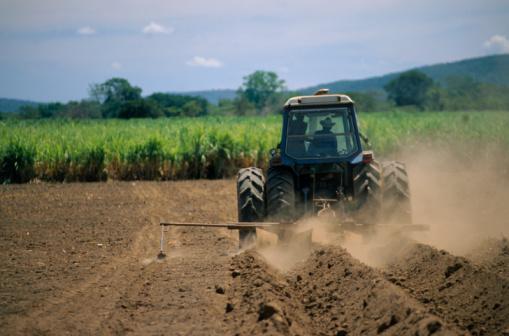 Venezuela「Tractor Plowing Soil」:スマホ壁紙(17)