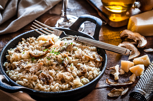 Cast Iron「Risotto fungi porcini on rustic wooden table」:スマホ壁紙(6)