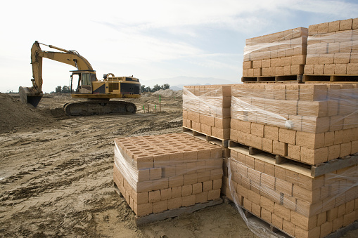 Earth Mover「Digger and stacked bricks on construction site」:スマホ壁紙(16)