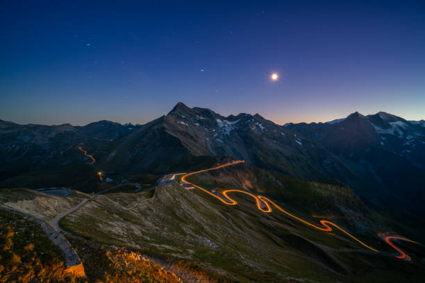 light trails on mountain pass road high up in european alps:スマホ壁紙(壁紙.com)