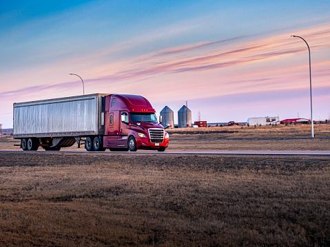Saskatchewan「Semi Truck On the  Rural Trans-Canada Highway」:スマホ壁紙(16)