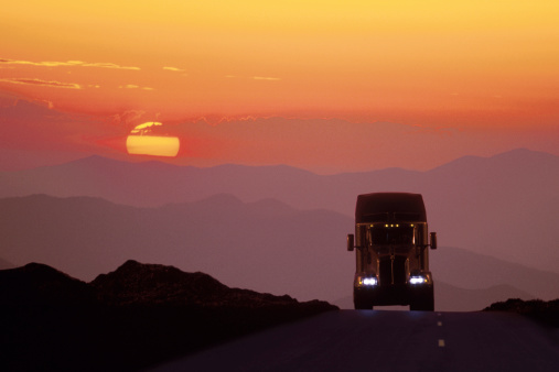 Approaching「Semi truck on the road at sunset」:スマホ壁紙(2)