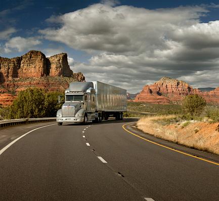 Sedona「Semi truck driving through desert, Sedona, Arizona, United States」:スマホ壁紙(14)