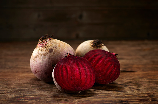 Halved「Whole and sliced beetroot on dark wood, copy space」:スマホ壁紙(13)