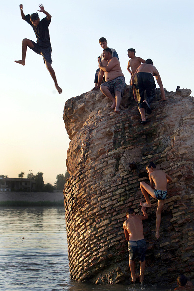 Joe Raedle「Iraqis Relax In Baghdad As Security Issues Remain Top Priority」:写真・画像(17)[壁紙.com]