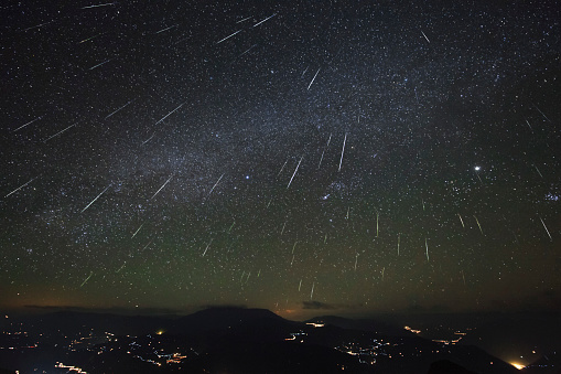 Digital Composite「The Geminids meteor shower streaks across the clear sky above Yunnan province of China.」:スマホ壁紙(19)