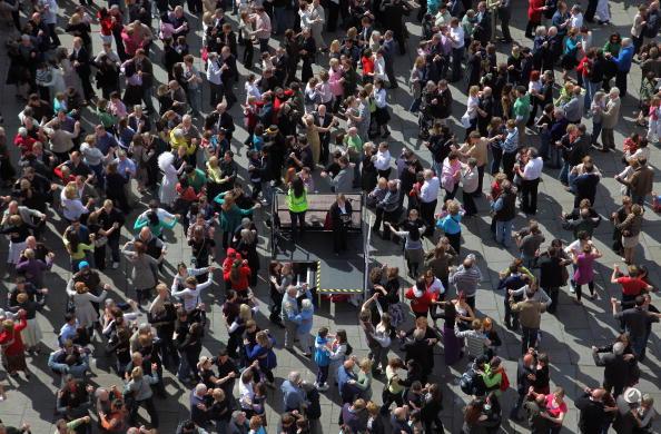 Effort「Hundreds Attempt Waltz World Record In Bath」:写真・画像(11)[壁紙.com]