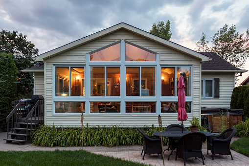 Bungalow「White framed glass conservatory attached to house at sunset, Quebec, canada」:スマホ壁紙(19)