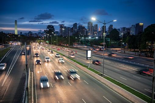 Light Trail「Cars on highway at night Sao Paulo Brazil」:スマホ壁紙(10)