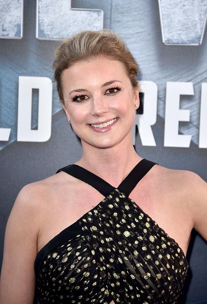 "Emily VanCamp「Premiere Of Marvel's ""Captain America: Civil War"" - Red Carpet」:写真・画像(15)[壁紙.com]"