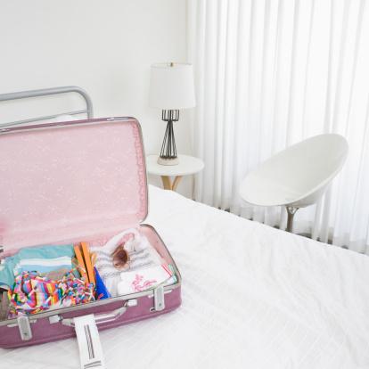 Motel「Pink luggage in white room」:スマホ壁紙(13)