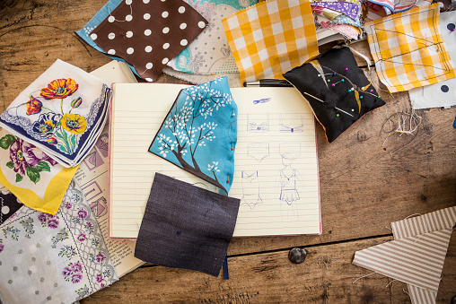 Sewing「Sketchbook and cloth samples on work desk」:スマホ壁紙(19)