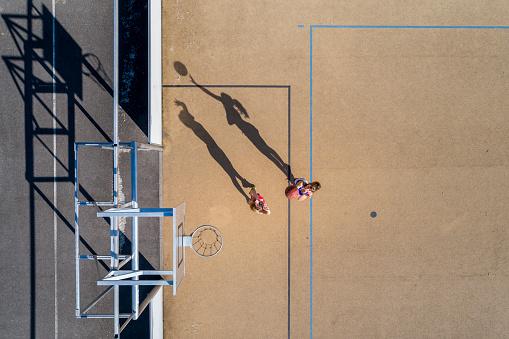若い女性「Young women playing basketball, aerial view」:スマホ壁紙(18)