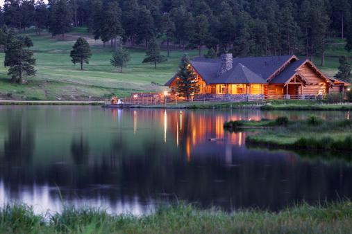 Log Cabin「Mountain Lodge Reflecting in Lake at Dusk」:スマホ壁紙(2)
