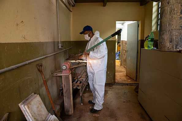 Sharpening「A Day with Gravedigger Adenilson Souza Costa at Vila Formosa Cemetery Amidst the Coronavirus (COVID -19) Pandemic」:写真・画像(10)[壁紙.com]