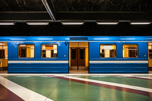 Business Travel「Subway train departure in Stockholm subway platform」:スマホ壁紙(13)