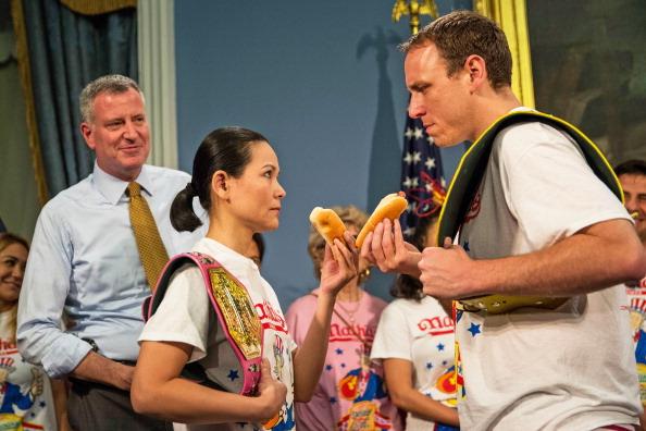 Nathan Burton「NYC Mayor De Blasio Hosts Nathan's Hot Dog Eating Contest Weigh In Ceremony」:写真・画像(13)[壁紙.com]