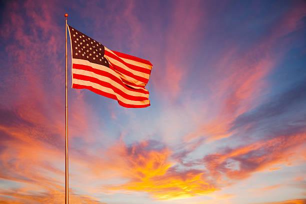 American Flag glows in the sunset. (P):スマホ壁紙(壁紙.com)