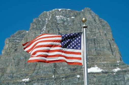 クレメンツ山「American Flag Flies In Front Of Clements Mountain, Montana, Usa」:スマホ壁紙(0)
