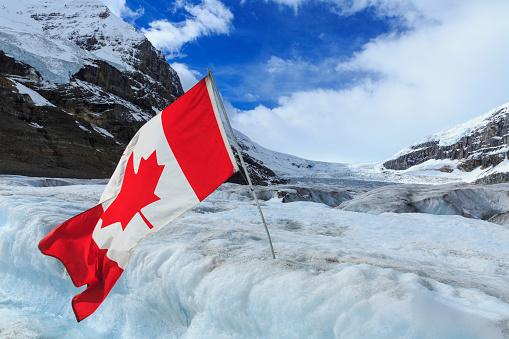 コロンビア大氷原「Athabasca glacier and Canadian flag off Columbia Icefields, Jasper National Park」:スマホ壁紙(12)