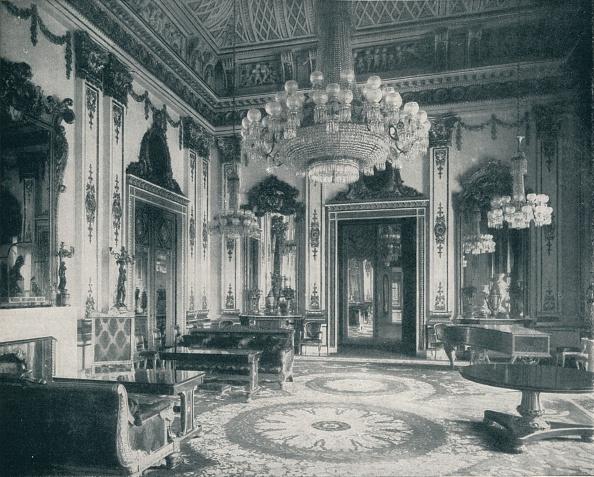 Hiding「'The White Drawing-Room at Buckingham Palace', c1899, (1901)」:写真・画像(13)[壁紙.com]