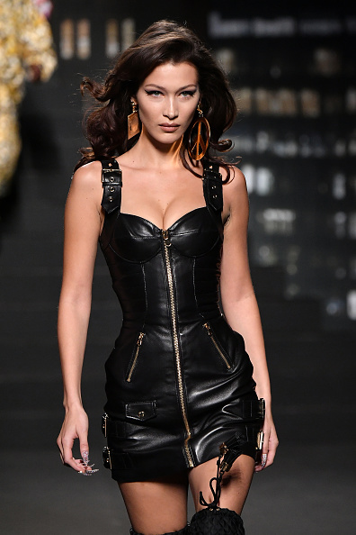 Bella Hadid「Moschino x H&M - Runway」:写真・画像(9)[壁紙.com]