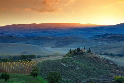 Val d'Orcia「Farm in Tuscany at sunrise.」:スマホ壁紙(16)