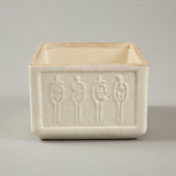 Glazed Food「Soft paste rectangular vessel with characters in relief, early 19th century」:写真・画像(3)[壁紙.com]