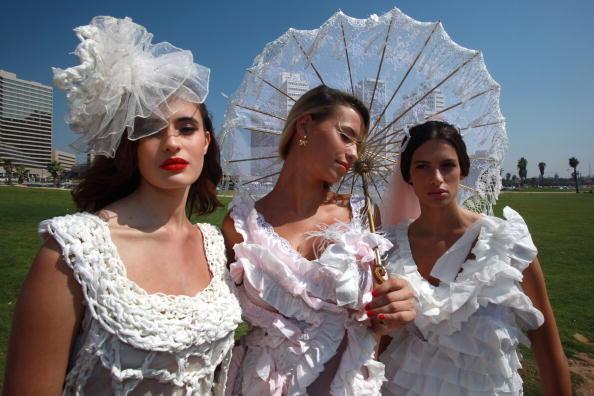 カメラ目線「Flushing Brides - Israeli Models Wear Toilet Paper Wedding Dresses」:写真・画像(16)[壁紙.com]