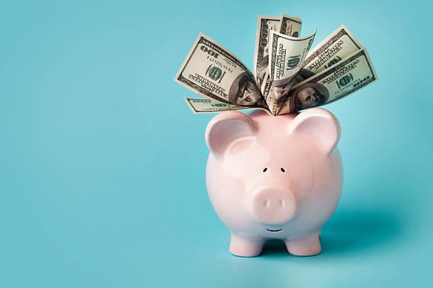 Pink piggybank stuffed with dollar bills:スマホ壁紙(壁紙.com)