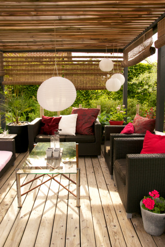 Bungalow「Patio with a pergola and modern outdoor furniture」:スマホ壁紙(9)