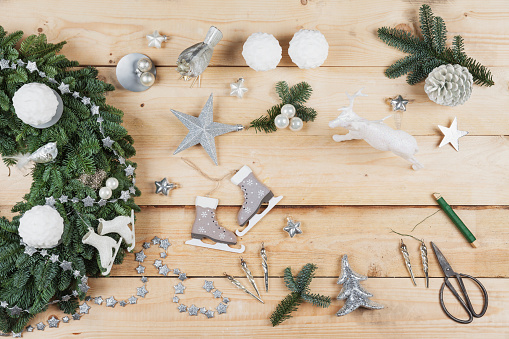 Ice Skate「Advent wreath decoration items, self-made advent wreath with real fir tree green, DIY, glitter deer, snow ball candles, skates, birds, Christmas baubles, vintage icicles, wire, stars, scissors, fir cone」:スマホ壁紙(19)