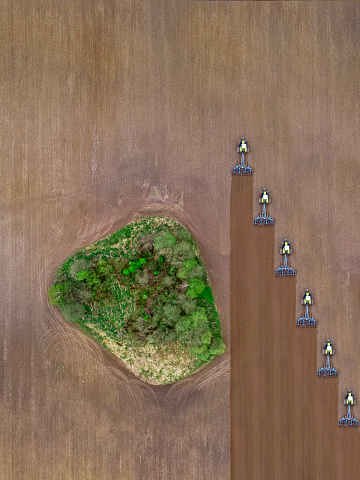 Plowed Field「Russia, Moscow region, Aerial view of tractors on agricultural field and trees」:スマホ壁紙(15)