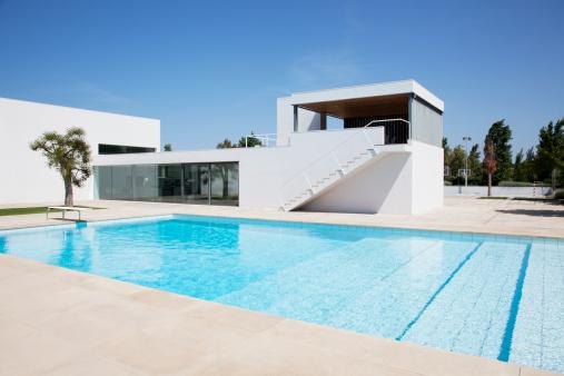 Poolside「Pool outside modern house」:スマホ壁紙(11)